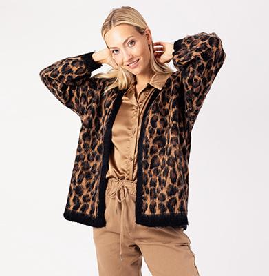 TURQUOISE BY DAANWij zijn een groothandel in dames kleding en accessoires, waar we elke week nieuwe collectie binnen krijgen. Elke dag zijn we op zoek naar de nieuwste musthaves, hot items en trends.  Net even eerder net even anders, daar is waar wij voor staan! Kom gerust bij ons binnen in de showroom in het World Fashion Centre te Amsterdam. Wij zijn dit jaar gestart met de B2B webshop, waar u als geregistreerde klant alle nieuwe items kunt zien en bestellen! Op deze manier proberen wij het jullie zo makkelijk mogelijk te maken. TOT ZIENS @TURQUOISE